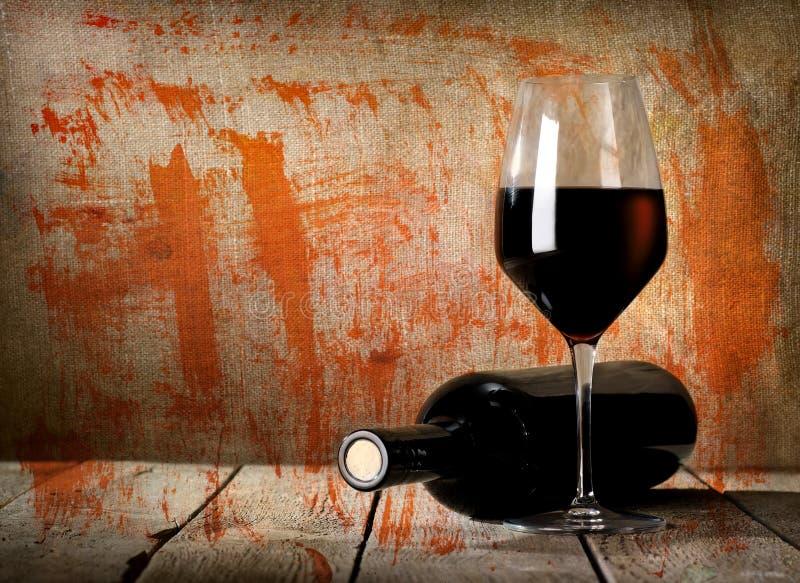 Vintage preto da garrafa e do vinho tinto imagem de stock