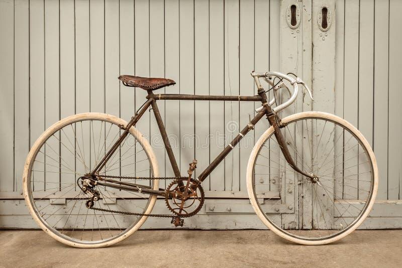 Vintage que compite con la bicicleta en una fábrica vieja foto de archivo libre de regalías