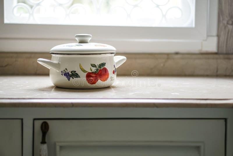 Vintage que cozinha o potenciômetro na mesa de cozinha fotografia de stock