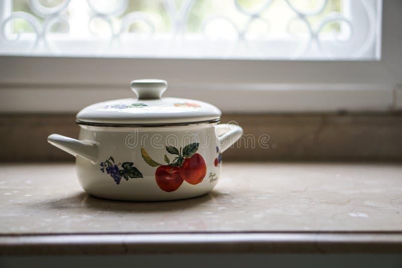 Vintage que cozinha o potenciômetro na mesa de cozinha imagem de stock