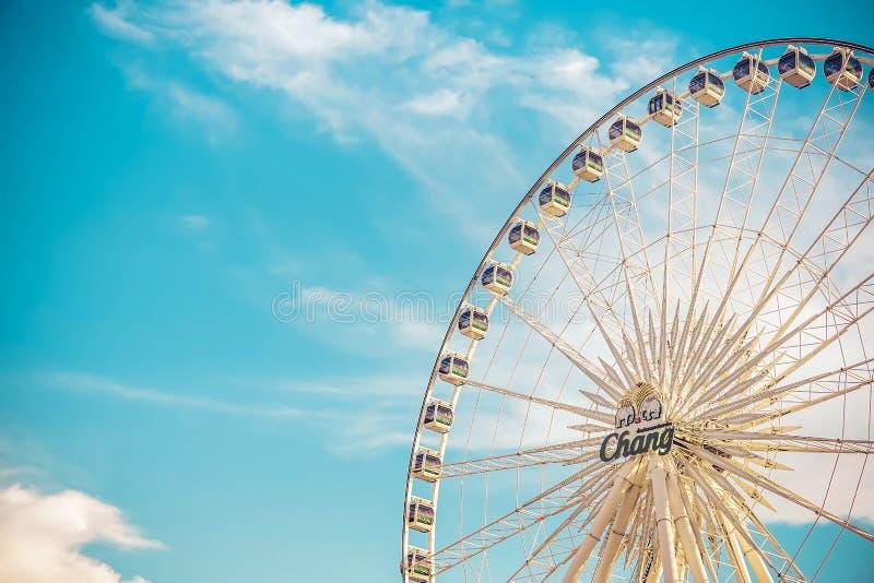 Vintage retro da grande roda de Ferris sobre o céu azul em Asiatique, shopping exterior aberto da comunidade em Banguecoque fotografia de stock