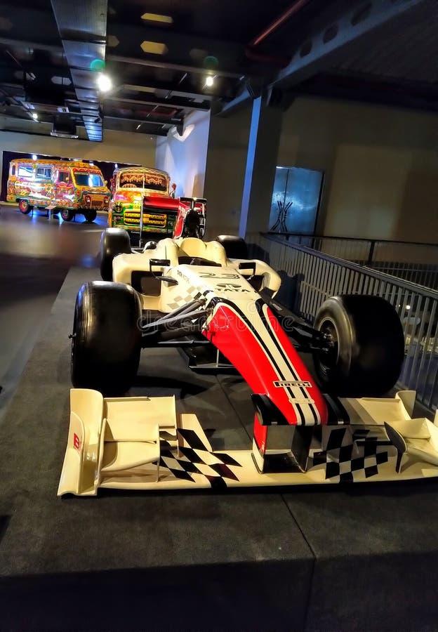 Vintage retro velho que compete a feira automóvel no museu Carro de competência da fórmula da cor vermelha imagem de stock