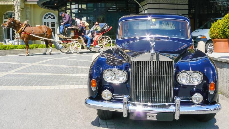 Vintage Rolls Royce e transporte com cavalo imagem de stock royalty free