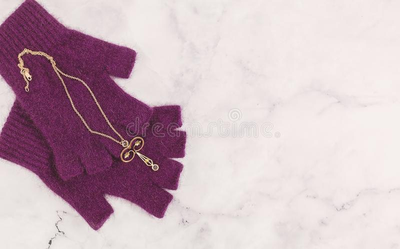 Vintage Rose Gold Delicate Filigree Pendant com pedras azuis imagens de stock