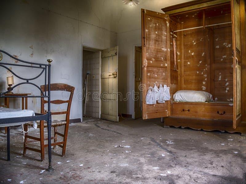 Vintage ruiné par cabinet et paniers déchiquetés photo libre de droits