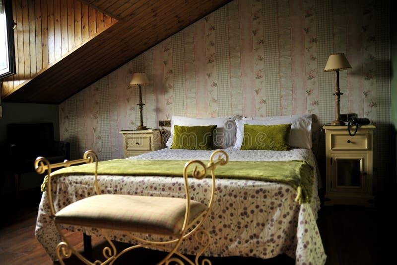 Vintage Rustic - camera da letto con tetto inclinato immagini stock