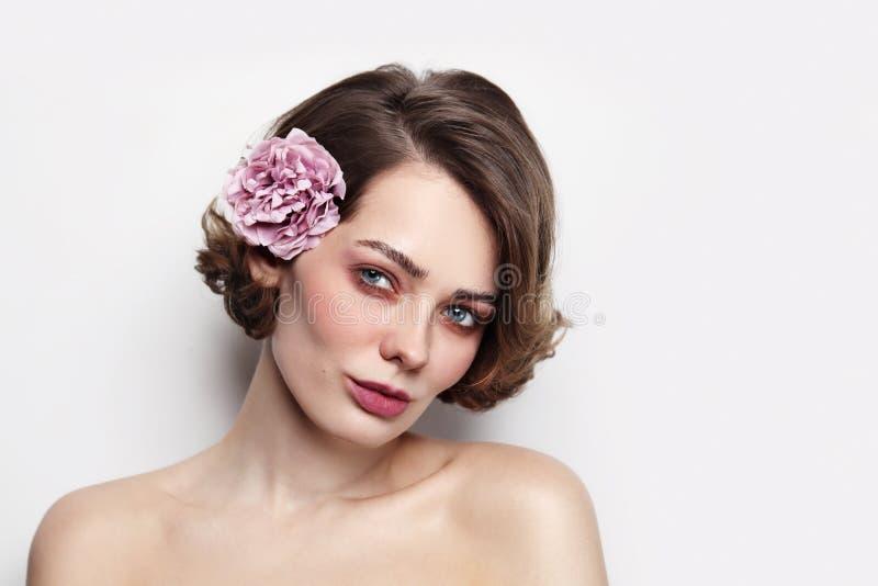 Vintage Stil Porträt von schöner Frau mit sauberem Make-up lizenzfreie stockfotografie