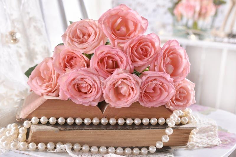 Vintage style picture met stelletje roze rozen op boeken royalty-vrije stock fotografie