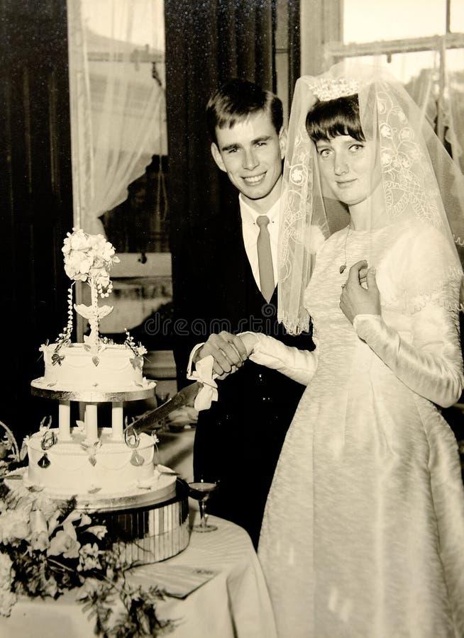Vintage trouwfoto uit de jaren zestig stock fotografie