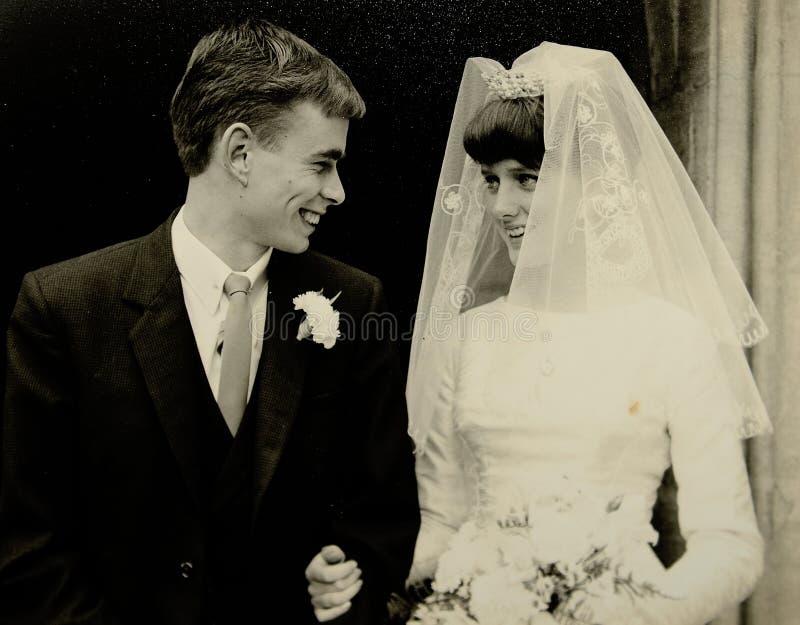 Vintage trouwfoto uit de jaren zestig stock foto's