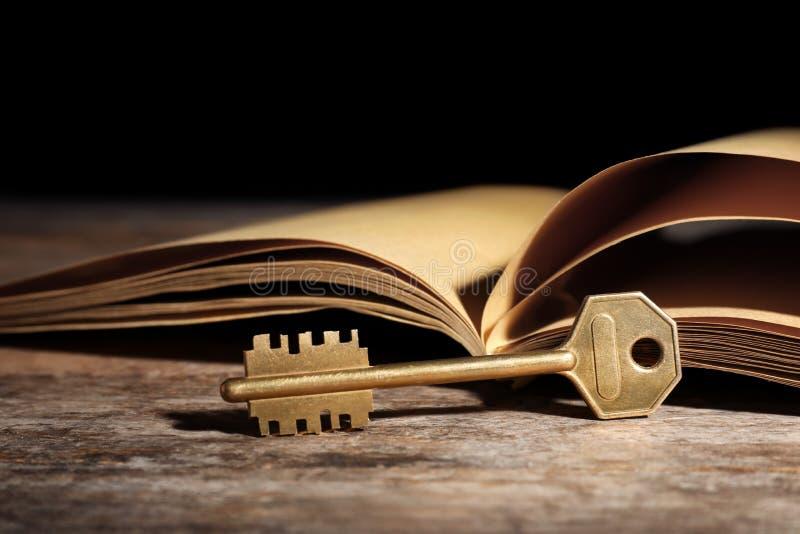 Vintage velho chave com livro fotos de stock royalty free