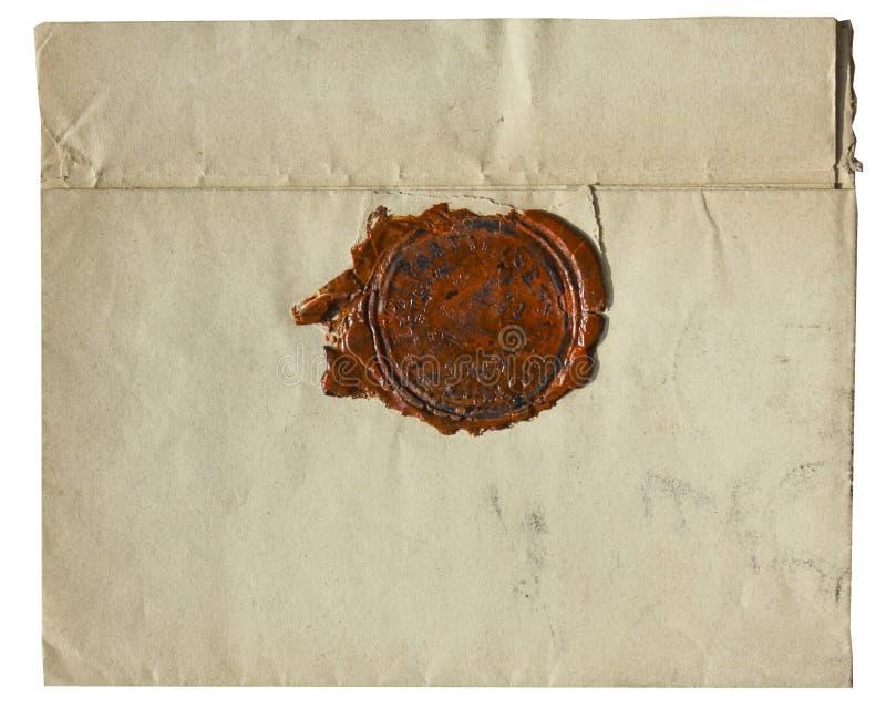 Vintage velho envelope amarelado com o selo vermelho da cera - isolado no fundo branco imagem de stock