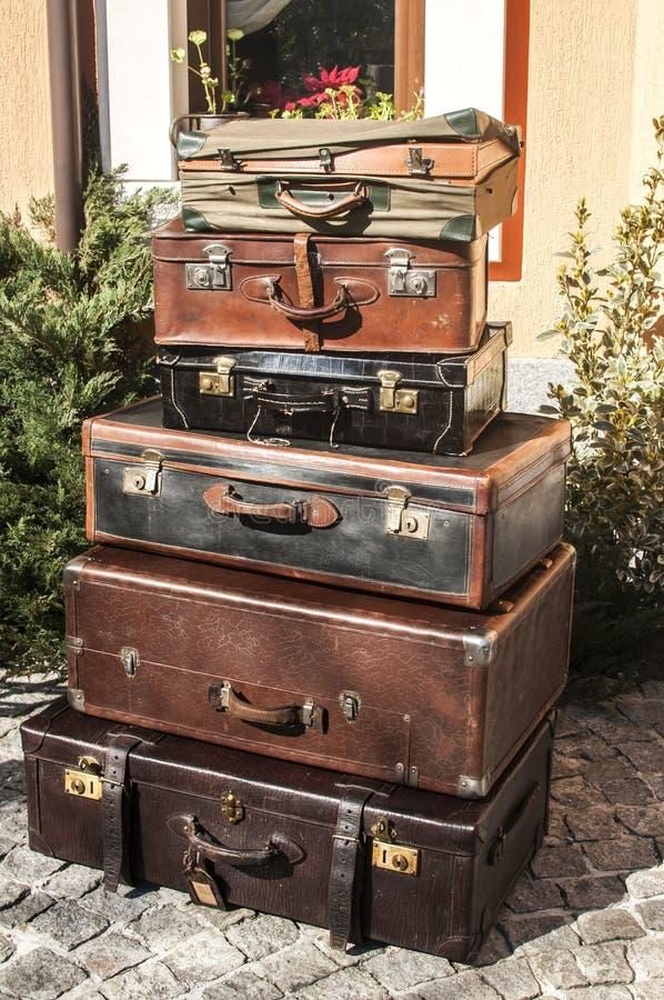 Vintage velho malas de viagem de couro usadas fotos de stock royalty free
