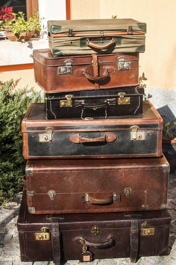 Vintage velho malas de viagem de couro usadas fotografia de stock royalty free