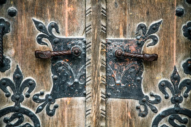 Vintage velho medieval e puxador da porta preto oxidado do ferro imagens de stock royalty free