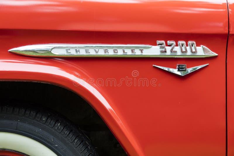 Vintage vermelho de v8 do camionete 1955 de Chevrolet 3200 fotografia de stock