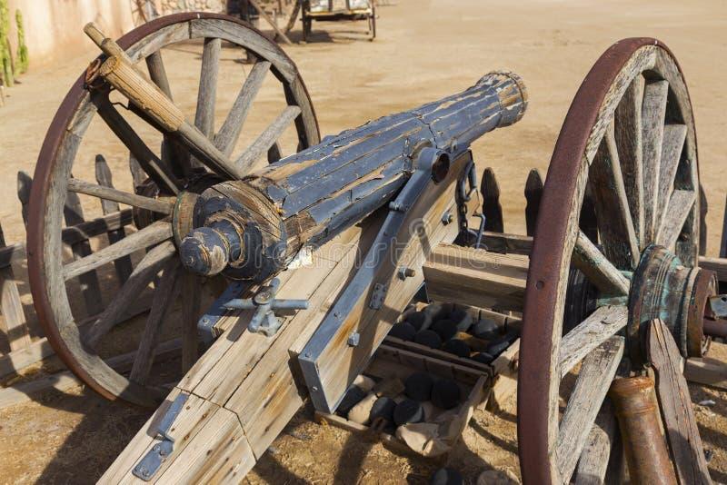 Vintage vieux Canon en bois mexicain et roues rouillées de fer photo stock