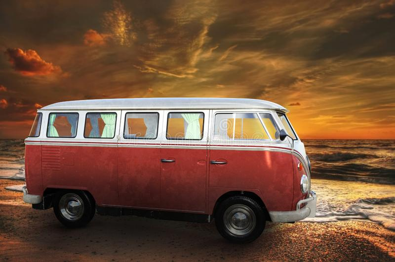 Vintage VW Van, Travel, Ocean, Beach lizenzfreie stockfotografie