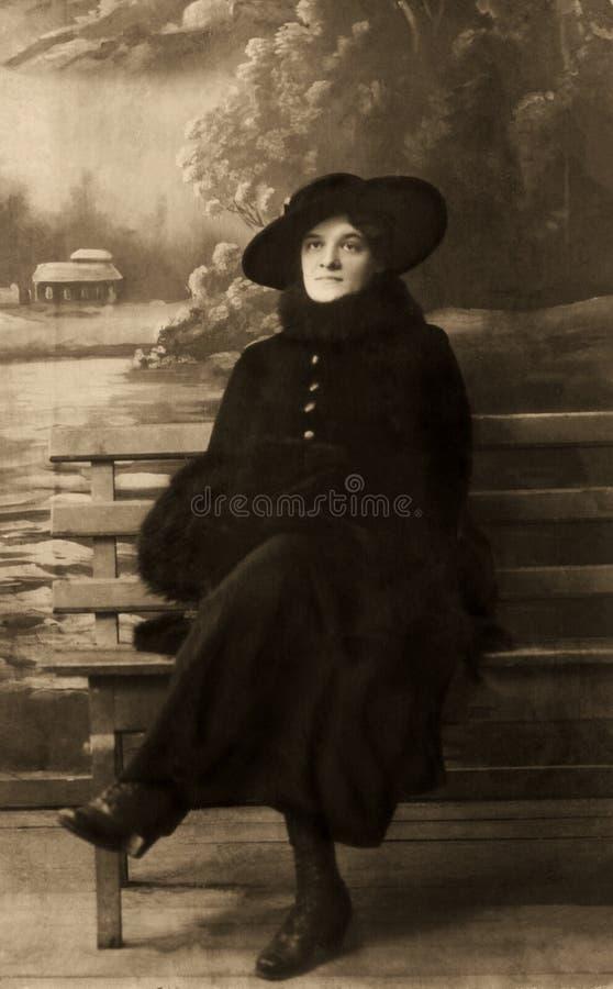 Vintageblack och vit stående av kvinnan royaltyfria bilder