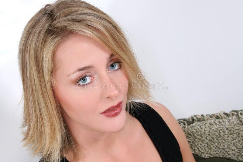 Vinte bonitos um Blonde dos anos de idade com olhos azuis imagens de stock