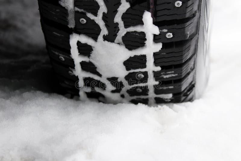 Vinter dubbat gummihjul i snön royaltyfria foton