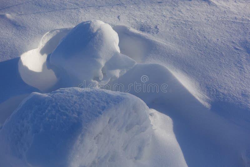 vinter för blåa snowflakes för bakgrund vit Abstrakt begrepp Snödrivor Släta övergångar av linjer av ljus och skugga Snö på en so royaltyfri fotografi