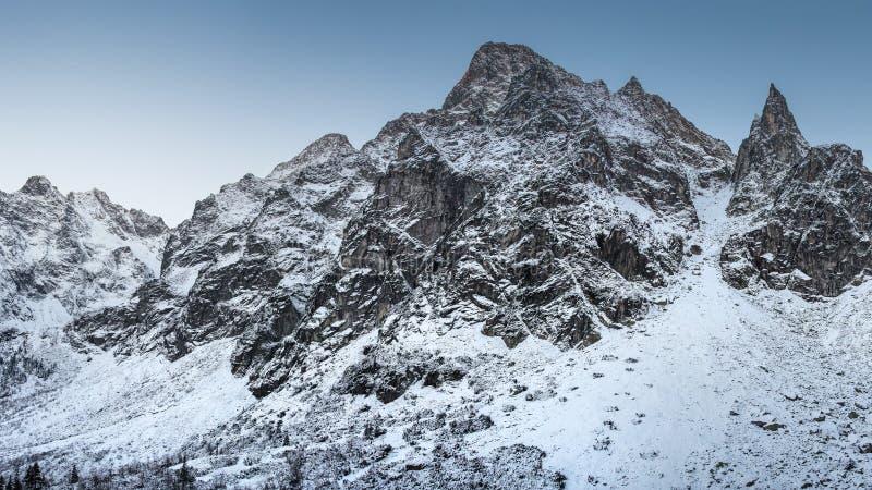 vinter för caucasus georgia gudauriberg gry purpurt taget snöig för ljust bergmaximumfoto royaltyfria foton