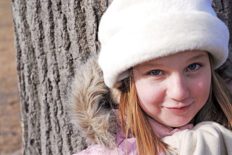 vinter för flickahattstående arkivfoto