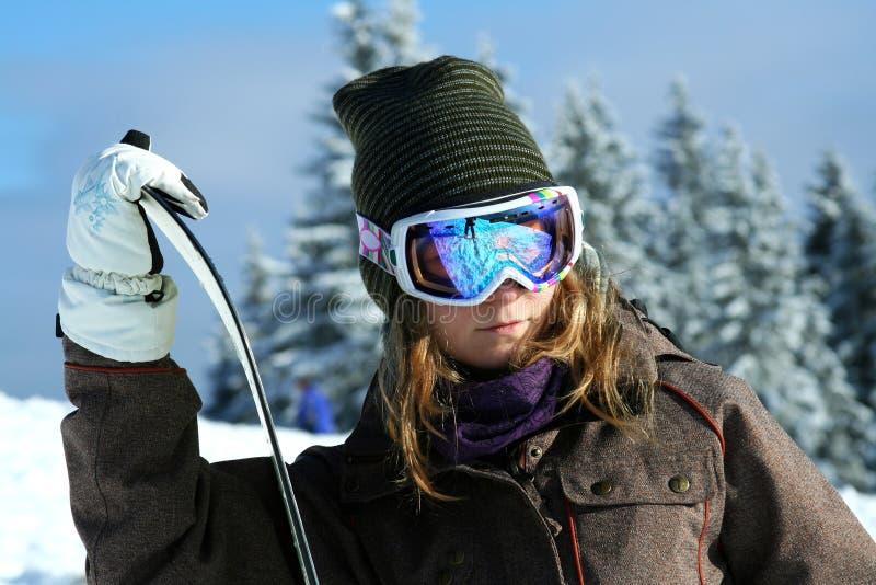 vinter för flickasemesterortsnowboarder royaltyfri foto