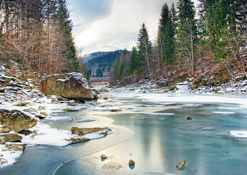 vinter för liggandebergflod arkivfoto