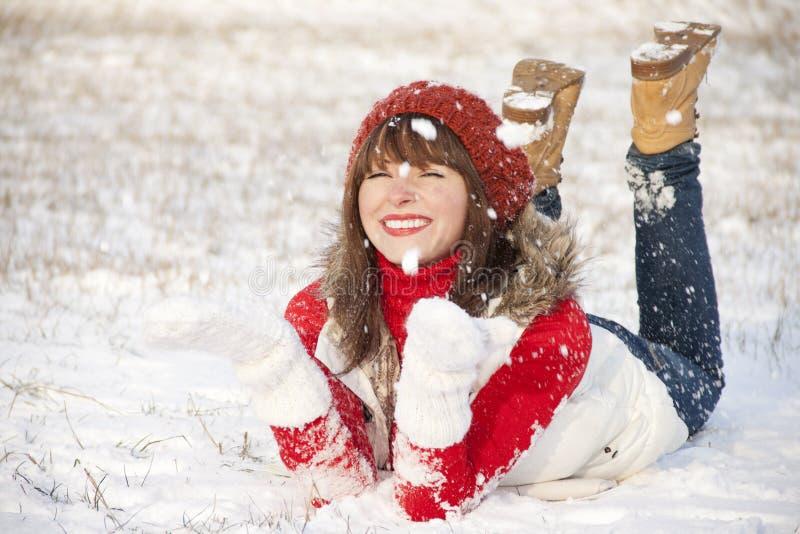 vinter för lycklig stående för flicka le arkivfoton
