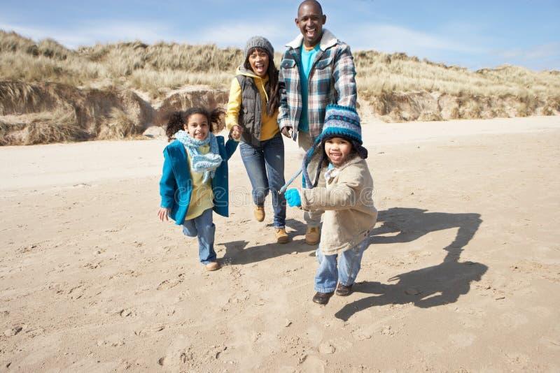vinter för strandfamiljrunning arkivfoton