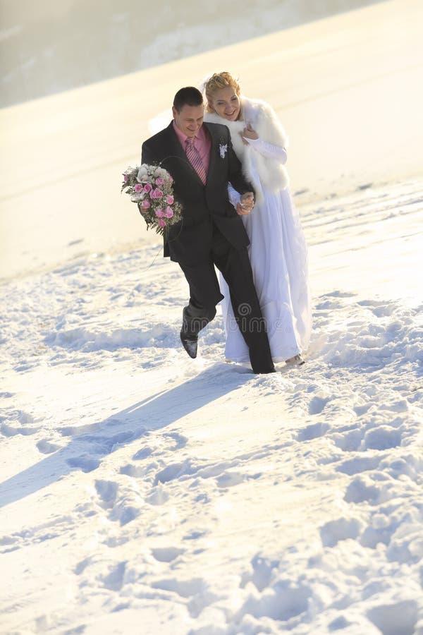 vinter för brudbrudgumtid fotografering för bildbyråer
