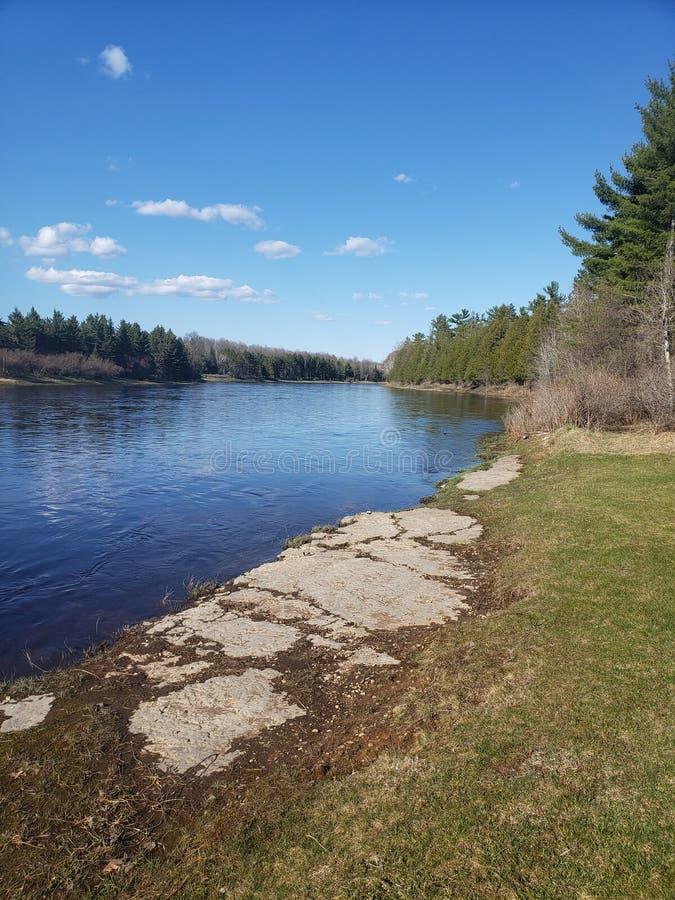 vinter f?r vatten f?r flod f?r kustisliggande arkivbild