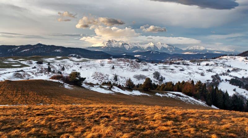 Vinter - höstberglandskap i Slovakien arkivfoto