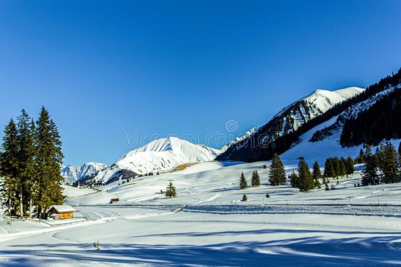 Vinter i berg med mycket snö, ljusblå himmel arkivfoton