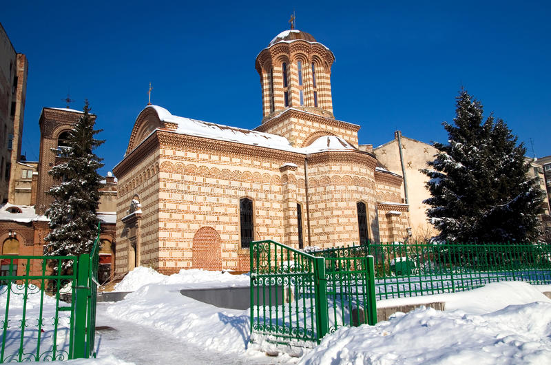 Vinter i Bucharest - gammal domstolkyrka royaltyfria bilder