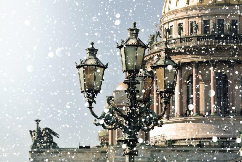 Vinter i St Petersburg Helgon Isaac Cathedral i snöstormen, St Petersburg, Ryssland royaltyfri fotografi