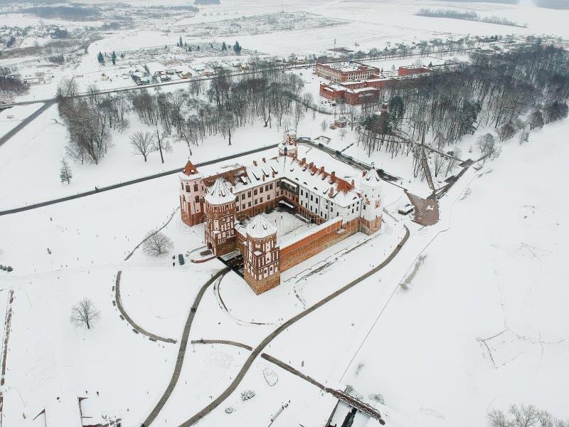 Vinter Mir Castle Belarus Sikt från surret royaltyfria bilder