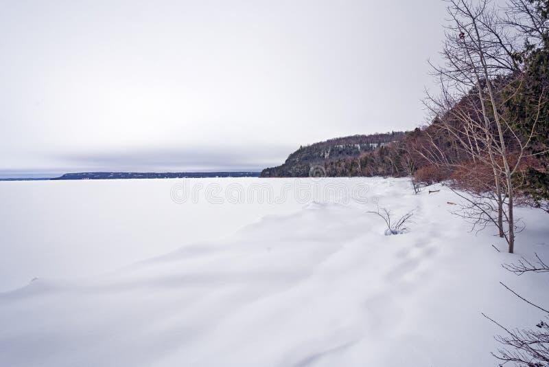 Vinter på en djupfryst fjärd i Greaten Lakes arkivfoto
