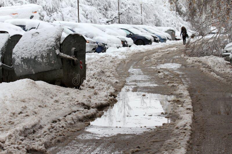 Vinter Is på vägar Tungt snöfall i staden, snöig iskalla vägar, snöig trottoarer, brutna brutna filialer, uncleaned gator arkivfoton