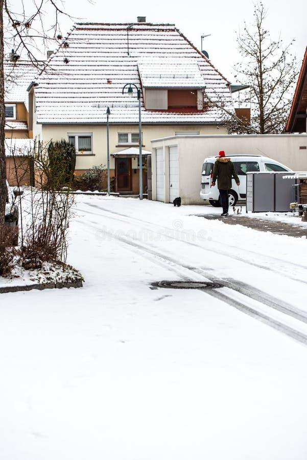 Vinter på vägen - som täckas med snö, en hal gata i staden arkivbild