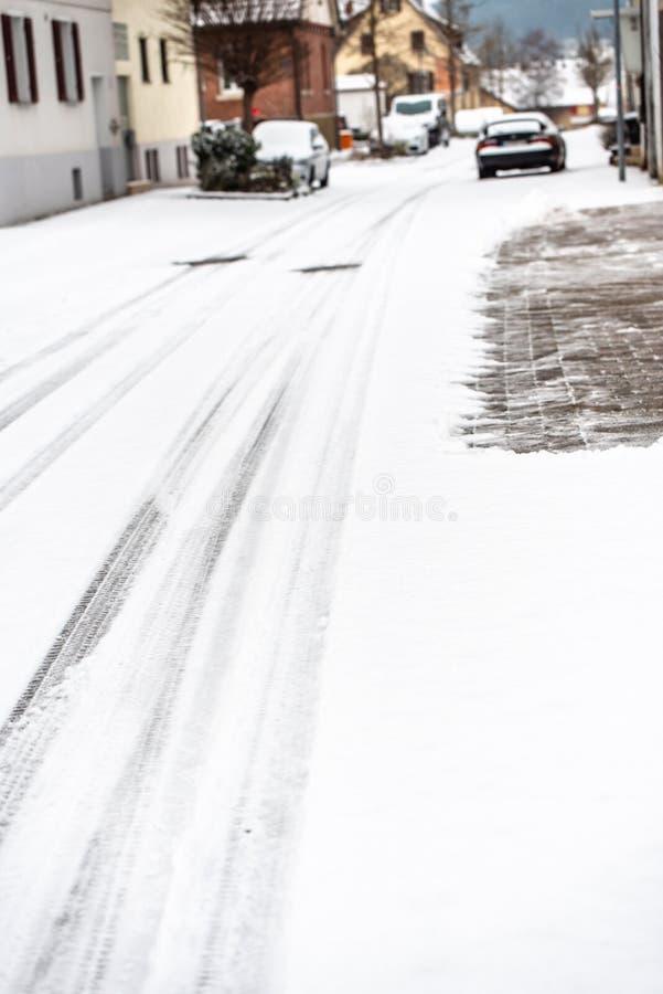 Vinter på vägen - som täckas med snö, en hal gata i staden royaltyfri foto