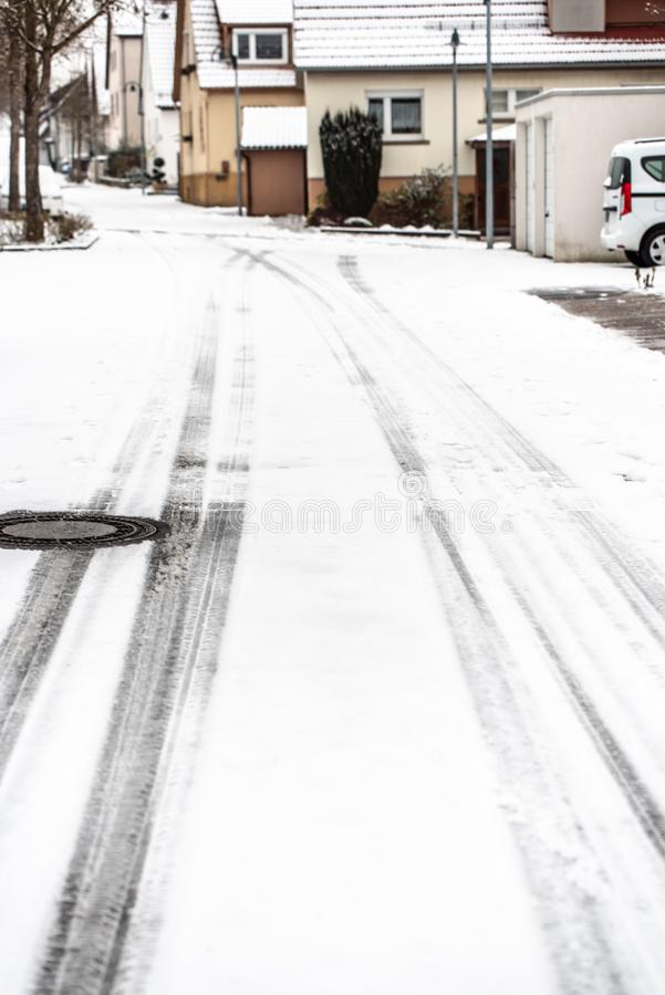 Vinter på vägen - som täckas med snö, en hal gata i staden fotografering för bildbyråer