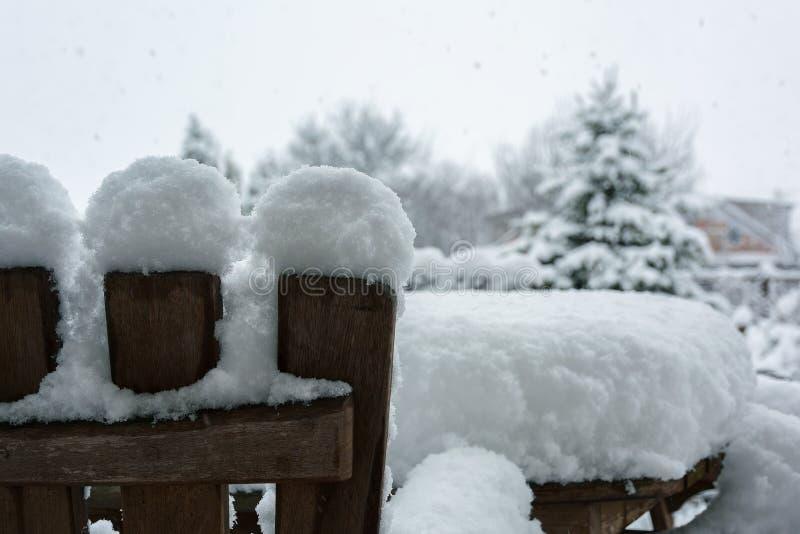 Vinter snöfall i trädgården Tabell och stolar med snö arkivfoton