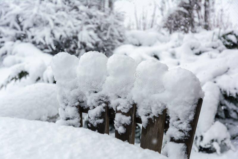Vinter snöfall i trädgården Tabell och stolar med snö arkivbild