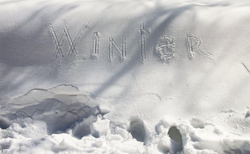 Vinter - snöhandstil Bokstäver som är skriftliga på snöyttersidan Frostigt och Sunny Day arkivbilder