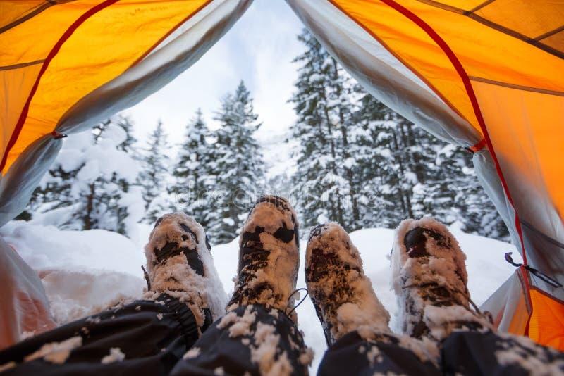 Vinter som campar på snö arkivbild