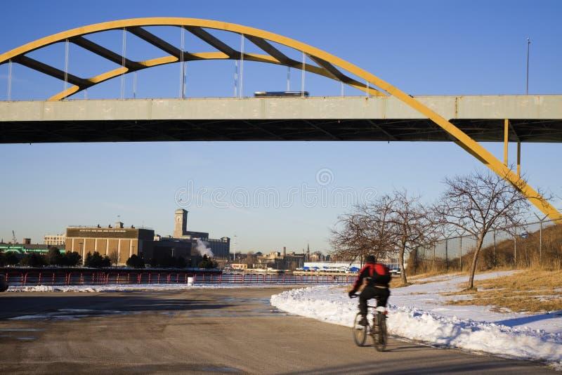 Vinter som cyklar i Milwaukee arkivbild