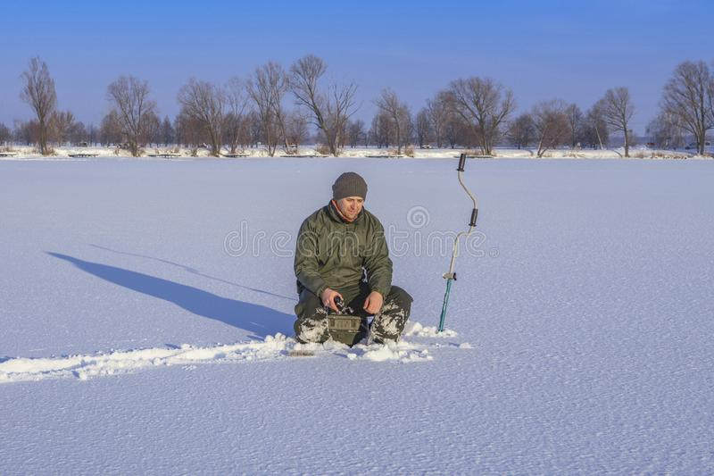 Vinter som fiskar begrepp Fiskare i handling  arkivfoton